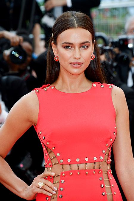 Ирина Шейк в платье на голое тело вышла на красную дорожку в Каннах